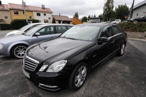 Mercedes: Pettersen forteller at denne bilen, en Mercedes E-klasse, er en av de typiske bilene de selger.
