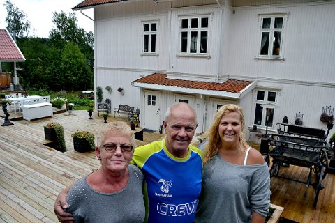 Belinda Abbott har leilighetsutleie og fornøyde beboere i Villa Kornsjø. Her med ekteparet Gunvald og Elisabeth Johansen. (Foto: Trine Bakke Eidissen)