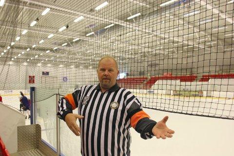 HEKTING: Slik viser Kjetil Hansen at han dømmer for hekting. Da har en spiller holdt igjen en motspiller i kroppen eller armen med sin egen kølle.
