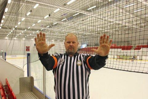 TAKLING BAKFRA: Slik symboliserer dom mer i Knights Elite, Kjetil Hansen, til sekretariatet at han dømmer for en takling bakfra. Dommerne bruker tegnsignaler på alle avgjørelser de gjør, med unntak av stopp i spillet på grunn av skade.