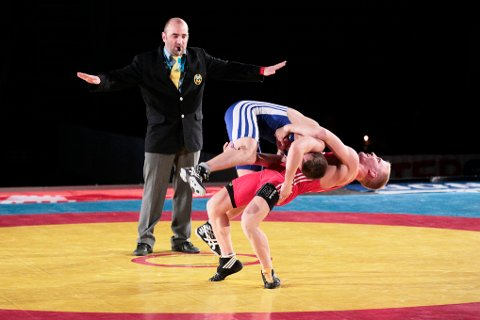 Thomas Hammer har markert seg på en meget positiv måte som brytedommer. Nå er han i Usbekistan og dømmer i senior-VM.