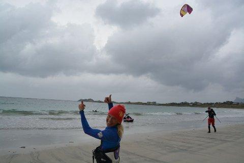 Kari Schibevaag fra Madla i Rogaland er medeier i opplevelsessenteret Lofoten Adventure Company på Ramberg, og kitedronningen med VM titler i fleng, var som vanlig i perlehumør på kitecampen.
