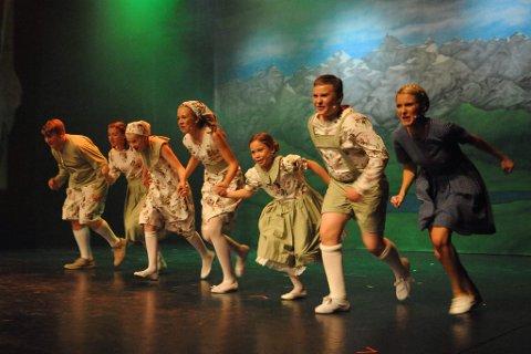 SOUND OF MUSIC: Familien Trapp står på scenen i Lillestrøm Kultursenter.