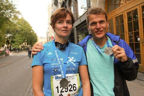 Hallvard Schjølberg og samboer Hege Mørtsell fullførte henholdsvis hel og halvmaraton i Oslo i helga.