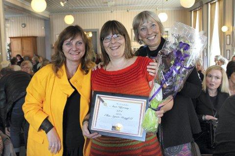 Årets Kjerring:  Kjerringprisen gikk til Ellen Agnete Brygfjeld.  Fra venstre Franziska Wika, Ellen Agnete Brygfjeld og Ragni Einmo. Foto: Nils Inge Lorentsen