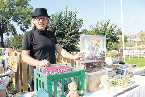 Jan Bramming synes det er bra med marked. Vestbykaren stiller gjerne opp og selger en god del gamle ting.