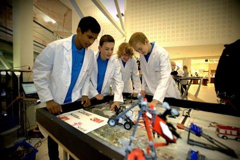 Forskerspirer: Shaavangen Jeyathvan (t.v.), Mathias Enger Storvik, David Hove og Kim Larsen fra Kjeller skole tar legoleken et skritt videre når de lager roboter av dem.