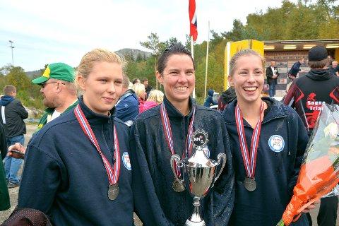 SØLVJENTER: Trioen Helene Sørlie, Lene Dyrkorn og Silje Hove sørget for andreplass og sølvmedalje til Hobøl ? kun en prikk fra seier. Nøyaktig som i fjor. FOTO: SARA HEMMER