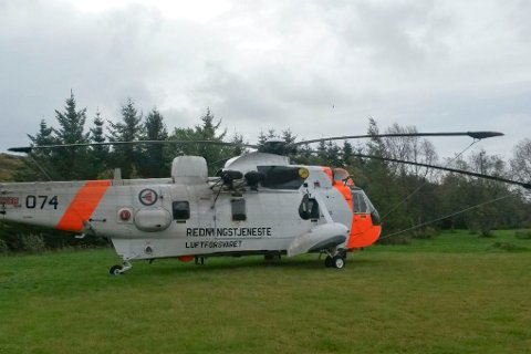 Her står redningshelikopteret på skoleplassen på Støtt etter nødlandingen.