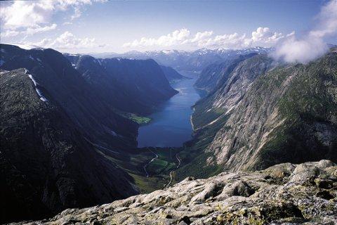 Tverrfjellet: Utsikt over Kjøsnesfjorden frå Tverrfjellet. Fjellet som «Vegen til breen» vil lage tunnel gjennom, for å gjere utsikta tilgjengeleg for fleire.