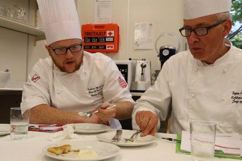 Smaksdommarane Sondre Strand(t.v) og Bjørn Hundershagen synest nivået på lærlingane i konkurransen var litt ujamt.Her er dei i full sving med å smake på ein dessert.
