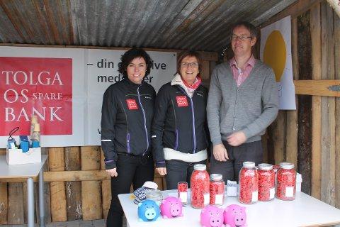 Tolga Os sparebank står på stand med gode ideer og spennende konkurranser. Fra venstre, Grete E. Taraldsteen, Kristin Siksjø og Hågen Fiskvik.