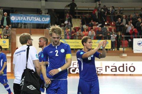 Vegakameratene takker publikum etter tapet i åpningskampen. Kaptein Petter Høvok (nærmest) og Thomas Klaussen
