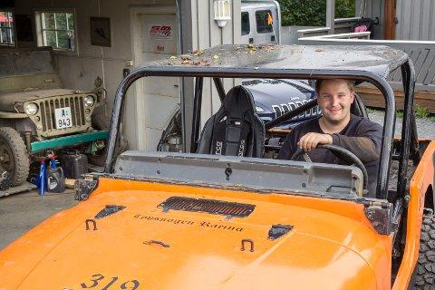 Historie: Thomas Løvskogen trives bak rattet på den ombygde Wrangleren hans. Bak til venstre står starten på det hele, en Willys Jeep fra krigens dager.