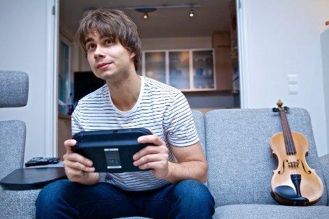 Fornøyd: ? Når jeg ser tilbake på mine drømmer og mine mål, så er jeg veldig fornøyd med hvordan jeg nå klarer å forvalte min karriere, sier Alexander Rybak. Etter lange økter med øving liker han å spille tv-spill og er velutstyrt innen Wii- og Xbox-spill.Foto: Ruben Skarsvåg