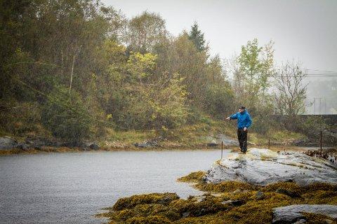VÅTT OG KALDT: Det å vera ute i naturen og å kjenna meistringskjensla, er nokre av grunnane for at Hopland brukar så masse av tida si på fisking. Her frå ein tur i haust.