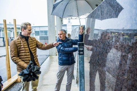 Larvikitt i Verona: Lundhs-sjef Thor-Anders Lundh Håkestad og Carlo Alberto Scarpolini på steinfabrikken Antolini Luigi diskuterer resultatet av en ferdig kuttet og pusset plate av stein fra Norge. Om kort tid skal steinen selges videre til kunder i Tyskland, Belgia og Nord- Afrika som foredler den videre til fliser, fasadeplater og benkeplater.
