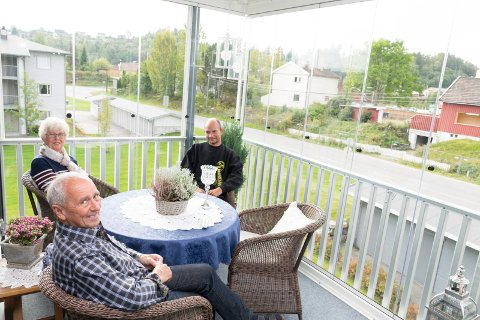 Karin og Steve Bergstrøm oppholder seg mye mer på glassverandaen enn i den rommelige stua like innenfor. Her sammen med mannen som bygget inn verandaen, Lars Brørby.