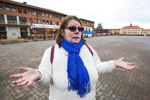 Oppgitt: Synnøve Irene Kjerstad er oppgitt over at Rådhusplassen står ubrukt mesteparten av året.