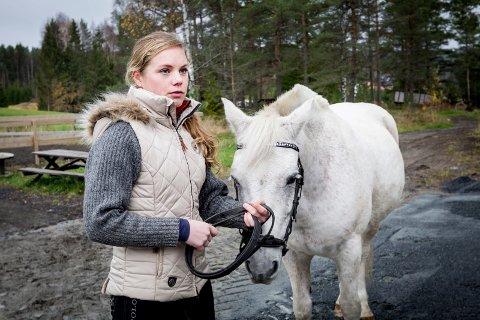 YNDLINGSHEST: Eier av Solaas hestesenter, Elisabeth Larsen Thoreid, sier ponnien Falco, som ble kjøpt inn for penger fra Tirils begravelse, er svært populær.