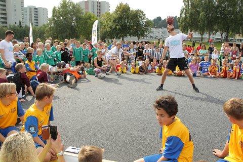 Michael Toft kommer direkte fra København og er klar til å trikse, spille, lære deltakerne triks og skrive autografer til alle i Mosjøhallen.foto: privat