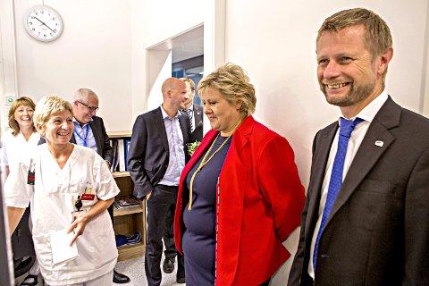 BREDE SMIL: Statsminister Erna Solberg og helseminister Bent Høie åpnet Storkmarknes nye sykehus i august. Foto: NTB/SCANPIX