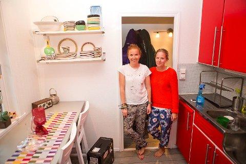 Janne Rolland Herskedal (t.v.) og Malin Nilsson synes det var litt slitsomt å måtte pakke ut hele leiligheten før de kunne slenge seg på sofaen etter å ha reist i 24 timer fra Bali.