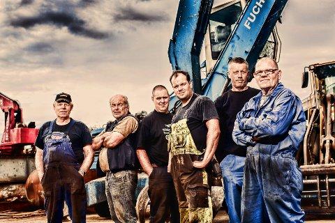 JERN OG METALL: Arbeidsgjeng fra Ringsaker foreviget midt i maskinparken.