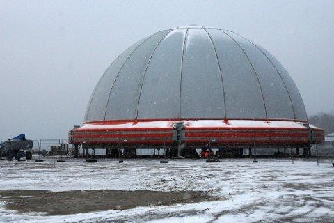 Snart ferdig. Arbeidet med den lukkede oppdrettsmerden på Storskjæret i Steigen er snart ferdig. Den skal deretter til Skutvik.