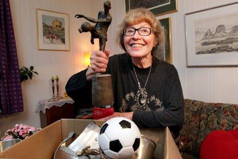 Når Randi Berg (70) titter ned i esken full av pokaler kommer minner fra mange år med fotball. Før hadde familien massevis av pokaler framme fra store kamper i både inn- og utland. Nå ligger de i esker på kvisten i parkveien i Bodø. Alt har sin tid, men det er ingen tvil om at hver eneste pokal har sin egen historie når Randi leter i eskene.