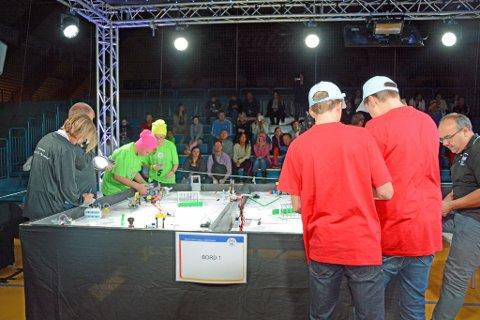 ROBOTKAMP: Neon Light fra Klyve i kamp med sine roboter.