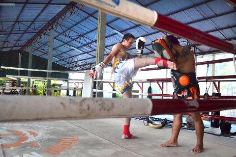 Elever ved Skogn Folkehøgskole er på studietur og treningsleir i Thailand. Petter Sivertsen (bildet) og to andre helgelendinger går på kickboksing-linja til Vidar Moe.