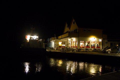 TIL KAI: Her ligg bokbåten til kai ved Feste.