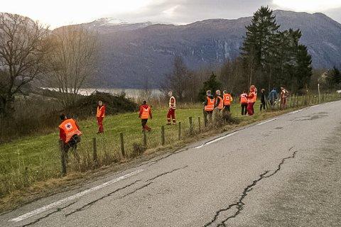 Mannskap frå Røde Kors, hundeekvipasjar og politifolk held laurdag og søndag fram leitinga etter den sakna 35-åringen Per-Arne Hestenes i Gloppen.