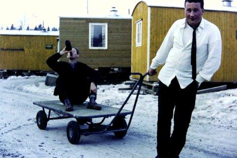 HELGEFRI: Knut Svensson tar seg en slurk øl, Odd Moen til høyre. Brakkelivet var ikke så verst.