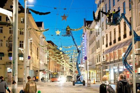 Søndag ettermiddag festet mannskapene belysningen mellom husrekkene i Strandgaten.