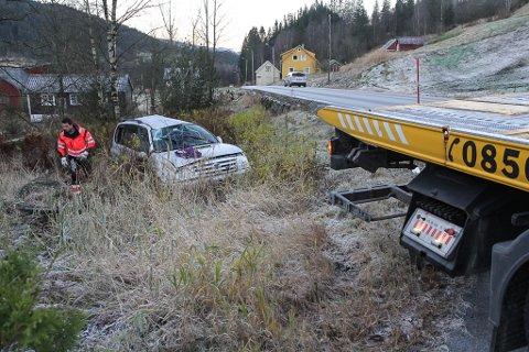 GLATT: E39 hadde fått eit tynt islag, der bilen køyrde utfor ved Eikås. Men allereie nede ved Movika var minusgradene snudd til sju plussgrader.