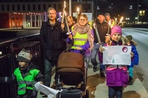 Førde-ordførar Olve Grotle (H) og initiativtakar Kristine Elise Wergeland gjekk fremst i fakkeltoget.