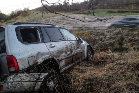 Bilen snudde rundt og hamna på nedsida av vegen i utforkøyringa.