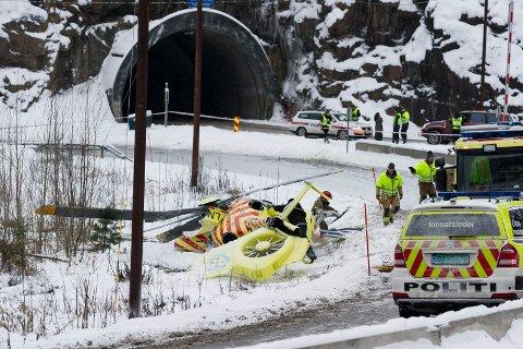 Helikopter fra Norsk Luftambulanse styrtet da det skulle lande på Sønsterud i Hole 14. januar. To personer omkom i ulykken. Politiet har etterforsket ulykken og har nå henlagt saken.
