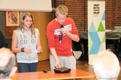 gründere: Rebekka Bakke og Marius Hagen fra Skotselv skole forsøker å overbevise juryen om hvor smart det kan være å lage en steikepanne med en steikespade som sitter fast.