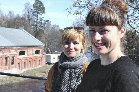 FÅR SKRYT: Akershus kunstsenter har vært med på å etablere Eidsvoll Verk som en arena for samtidskunst, sier Jorunn Mathiesen. Rikke Komissar og Monica Holmen hadde ansvaret for utstillingen «1814 Revisited ? The Past is Still Present».