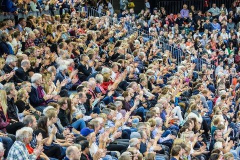 GOD STEMNING: Det har vært god stemning og mange på tribunen i de to første hjemmekampene i Champions League i høst. Lørdag kan klubben passere 10.000 på tre gruppekamper.FOTO: Lise Reng
