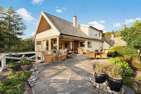 Eiendommen ligger meget fint til, med sjøutsikt og gode solforhold. Dette var imidlertid også tilfelle i 2011, og kan ikke forklare doblingen av husets verdi på tre år.