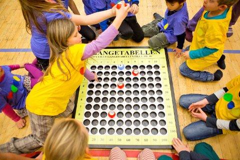 TUTANK er et lagspill til bruk i enten gymsal eller utendørs. Her lærer de gangetabellen mens de spiller.