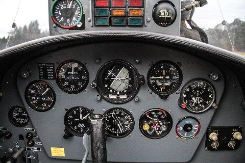 INSTRUMENTA: Her kan ein mellom anna følga med på lufttrykket, kor fort det går og kor mange fot flyet er over bakken