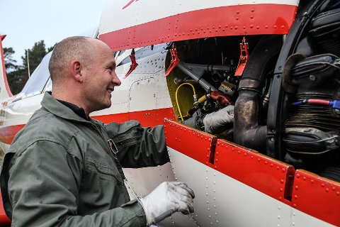 FLYTEKNIKAR: Som flyteknikar har Håvard moglegheit til å reparera og mekka på sitt eige fly
