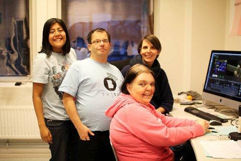 (Fra venstre) Isabel Aanes, Rune Velsvik, Camilla Kvalheim og Monica Nilsen i TV BRA jobber for å formidle nyheter for utviklingshemmede i Hordaland.