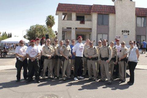SAMLET FLOKK: Christian Schøyen (i midten) maktet å samle frivillige organisasjoner og politiet i den amerikanske byen Las Vegas til et dugnadsprosjekt i byens mest belastede bydel. Ambisjonen var å bedre barns kår. Nå er dokumentarfilmen ferdig, og prosjektet vil forhåpentlig bli adoptert andre steder i USA. ALLE FOTO: FRA FILMEN «VEGAS VIKINGS»