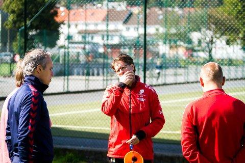 FRAMTIDIG SPORTSSJEF?: Alt denne sesongen har Soltvedt hatt flere oppgaver som en sportssjef normalt sett har. Her i samtale med Richard Norling, som i alle fall i skrivende stund fortsatt er Brann-trener.